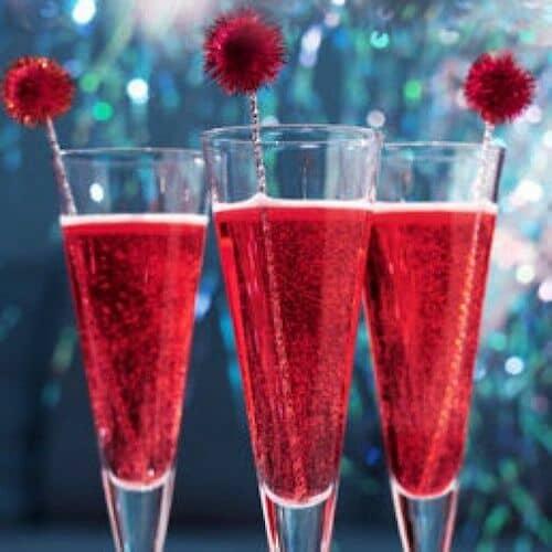 Sirve champagne con granadina para incorporar el rojo tomate a los drinks de tu boda y deleitar a tus invitados.