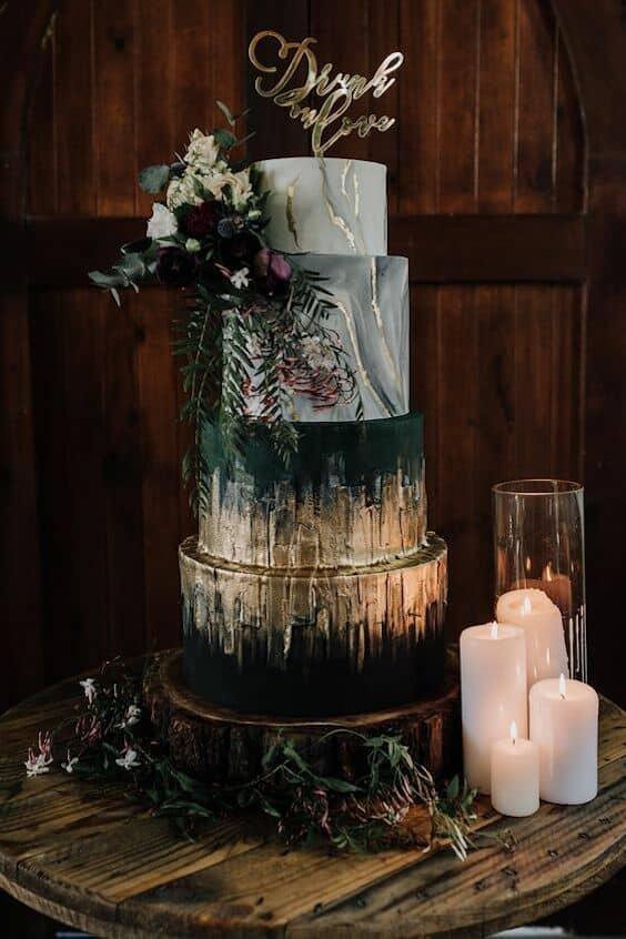 Colores sombríos, mármol y cobre con flores en ultravioleta para un pastel impresionante. #JewelTones #PurpleFlower #Cake