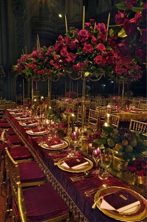 Combinación de rojo o chili oil y dorado para una boda de lujo y muy señorial.