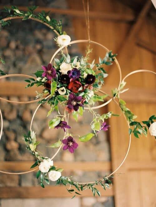Coronas con flores colgantes en tonos sombríos. Lo nuevo en bodas 2018. #BlushPink #Ranch