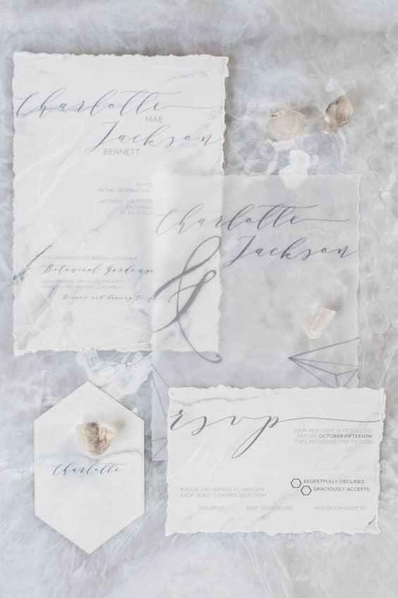 Cortes geométricos, mármol y caligrafía en gris de Lele Chan Designs. Blush Wedding Photography.