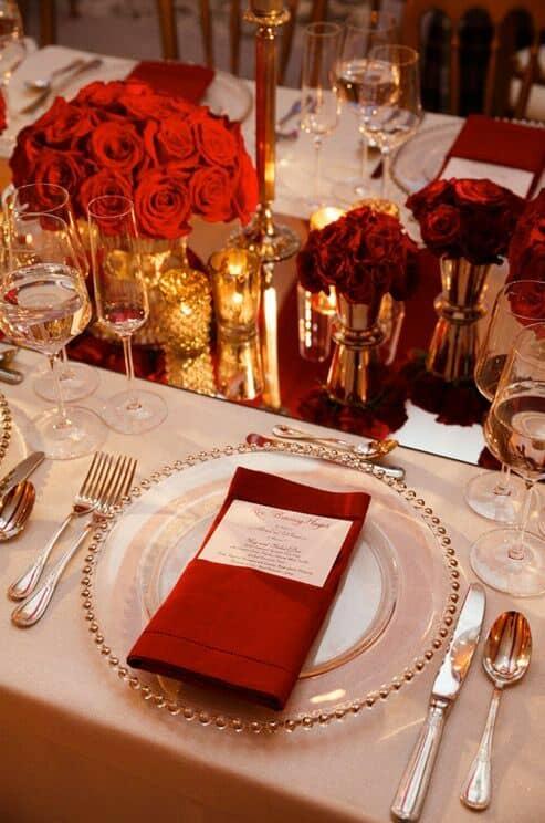 Varía los colores y texturas de la deco de mesas para agregar profundidad a tu boda en rojo y blanco.