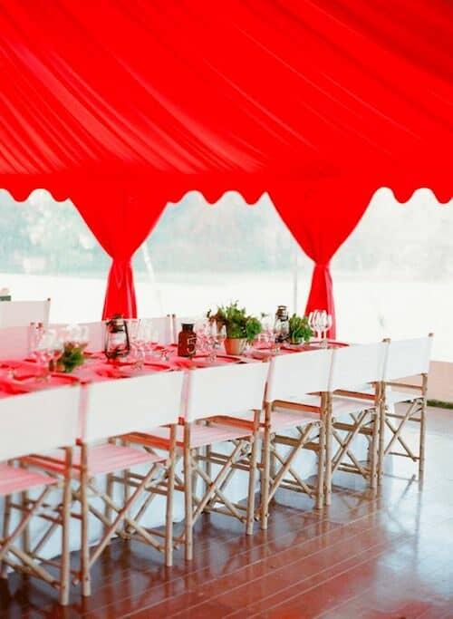 Decoración de boda en rojo y blanco. Una carpa en rojo tomate impresionará y alegrara a tus invitados. No todas las bodas en rojo deben ser serias.