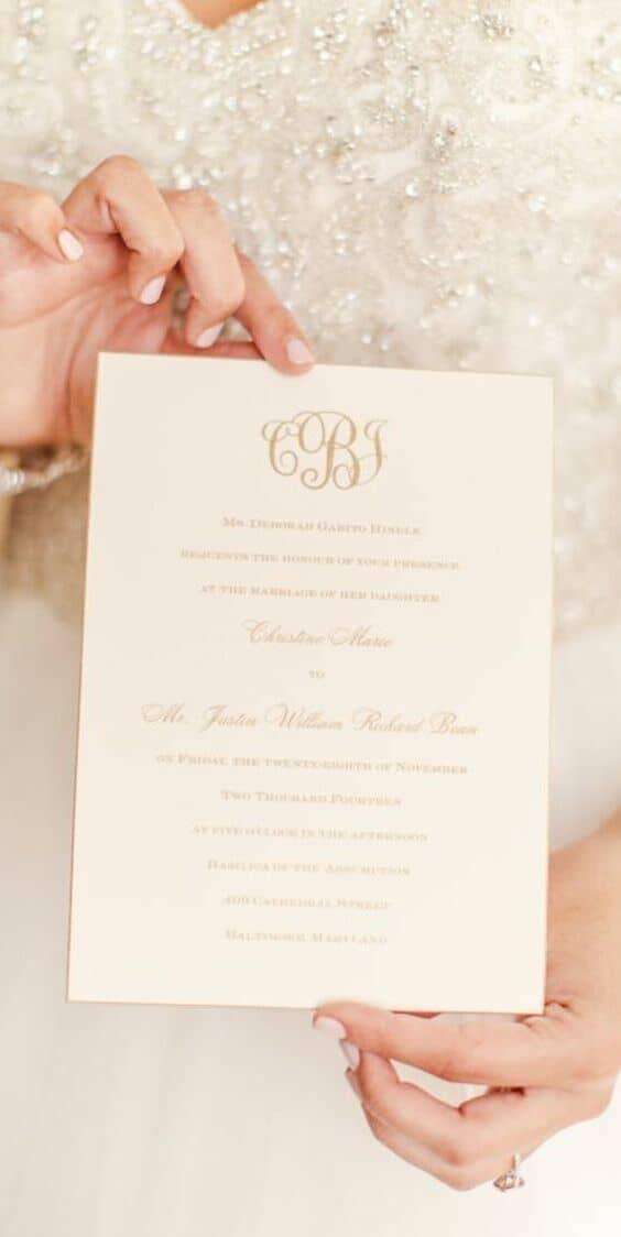 Esta romántica y glamorosa tarjeta desborda en elegantes detalles. Fotografía: Dyanna Joy Photography.