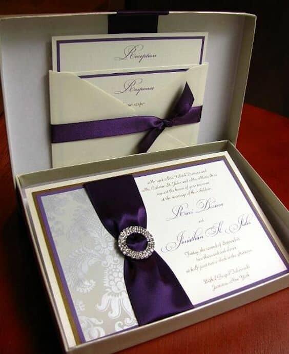 Invitación en cajita con detalles y lazo en ultravioleta, el color del año de Pantone. Evenstar Paperie.