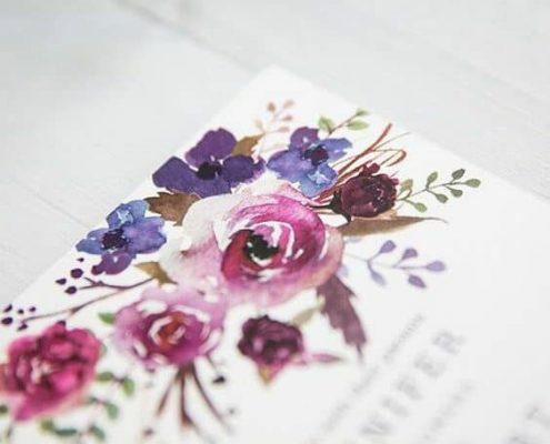 Invitaciones de boda florales estilo acuarela suaves y femeninas.