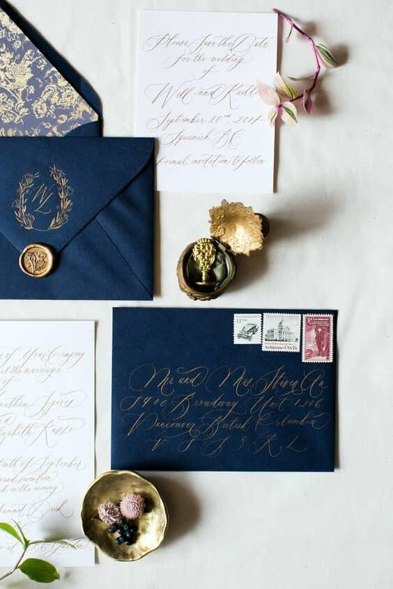 Invitaciones en azul marino, blush y crema con un monograma personalizado. Nadia Hung Photo.