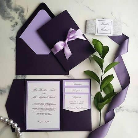 Magníficas invitaciones en ultravioleta y lila.