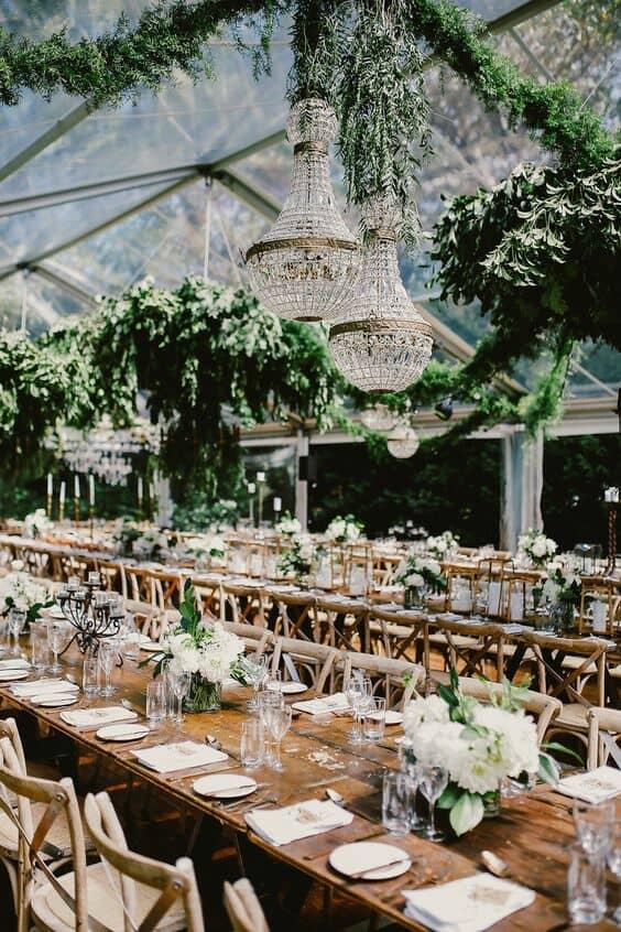 Carpas transparentes, chandeliers y plantas colgantes para un efecto de jardín secreto. Foto: Lara Hotz. #CarpaBodas #JardinSecreto
