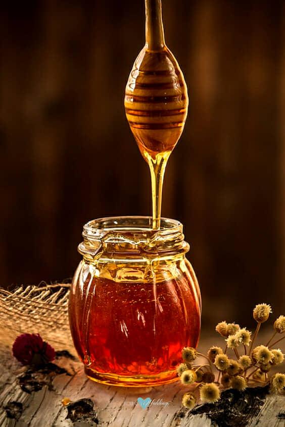 Humecta tu pelo y otórgale brillo con miel. Descubre sus beneficios y como hacer mascarillas caseras.