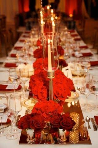 Mesa de boda en rojo, blanco y dorado.