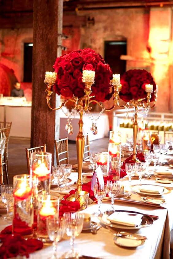 Decoración de mesas de fiesta de casamiento en rojo y dorado.