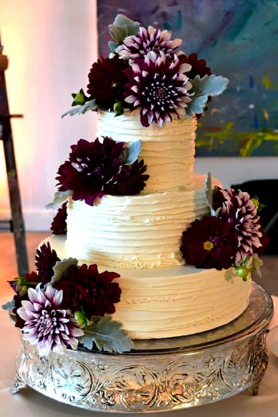 Pastel de boda con acentos en ultra violeta con dalias. Lilac and Lily Floral Design.