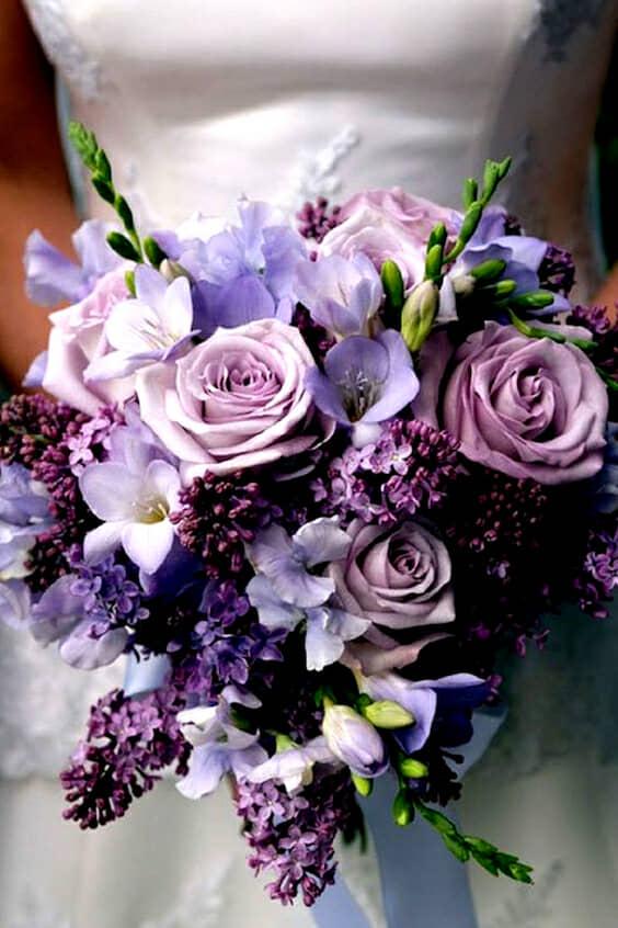 Inspírate en este bellísimo ramo con rosas ranúnculos y lilies.