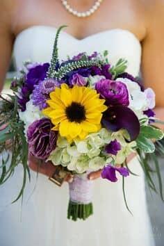 Un toque de meadowlark y violetas para el ramo de la novia.