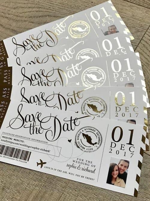 Los save the dates también pueden seguir las tendencias en invitaciones de boda 2018, con caligrafía en foil dorado, perfectas para una boda destino.