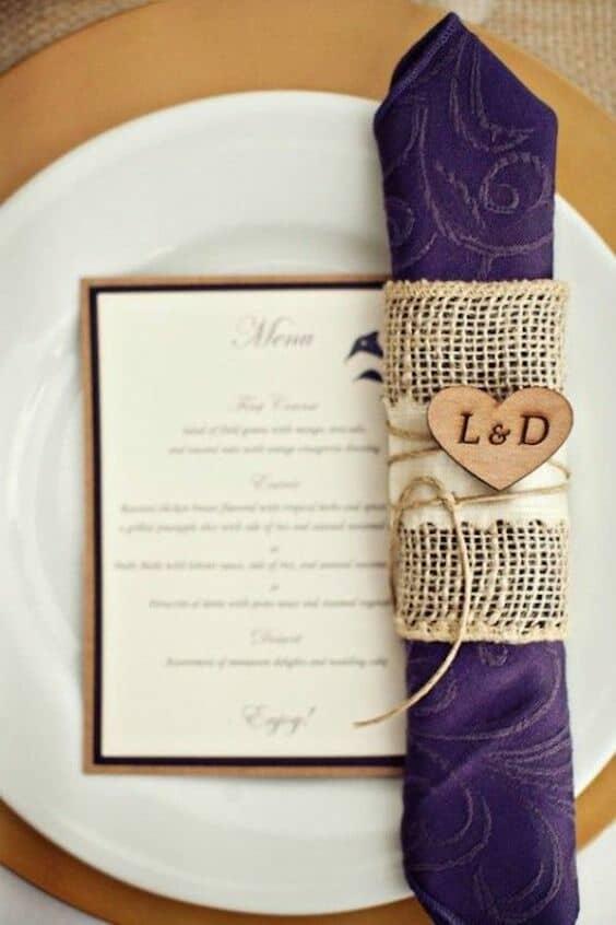 Un look rústico glam que conquistará a tus invitados. Servilleta en ultra violeta con porta-servilleta en arpillera.