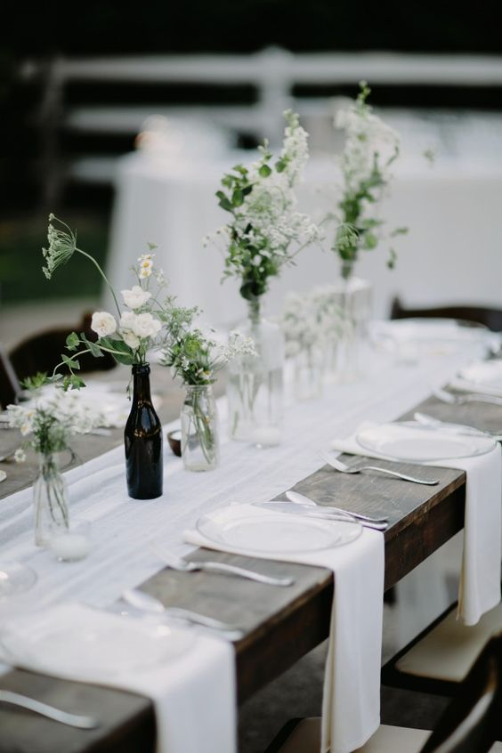Now this is my kind of table decor, minimalistic with crossed table runners. Photo: Cedarwood Weddings.