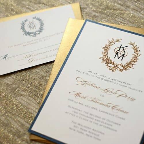 Tarjetas con monogramas estilo heráldico siguiendo las tendencias en invitaciones de boda 2018. Sencilla e impresionante a la vez.