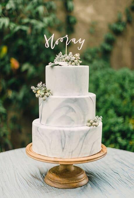 Con sus hermosos diseños geométricos y confecciones contemporáneas, esta torta de bodas servirá como final ultra moderno de un dia maravilloso.