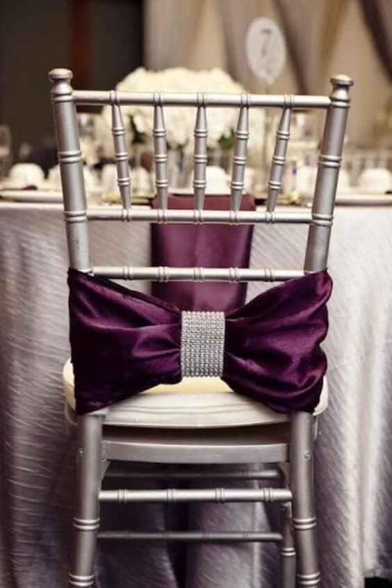 La combinación de ultra violeta y plateado es ideal para una boda glam.
