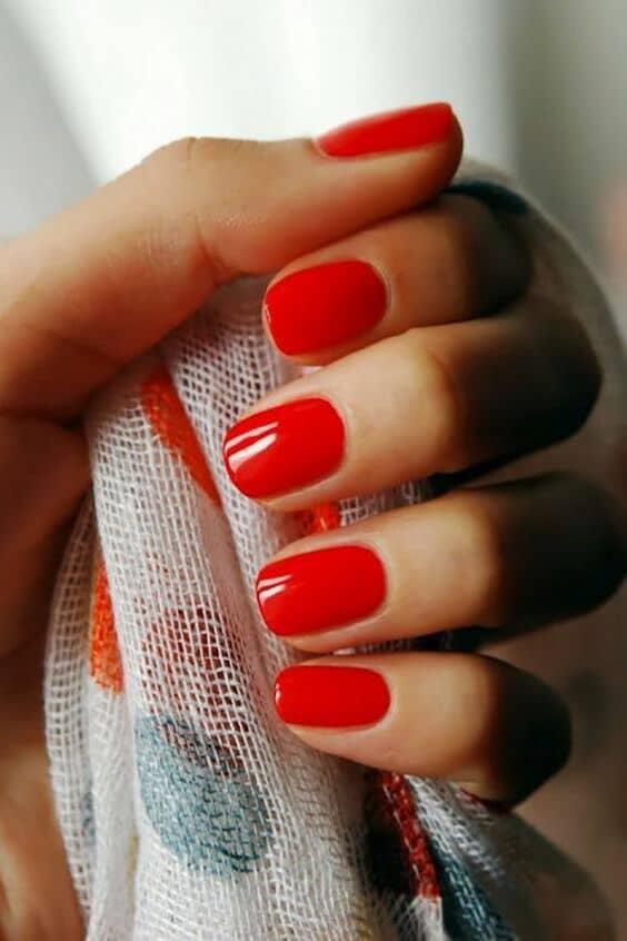 Uñas en rojo tomate para una boda muy 2018.