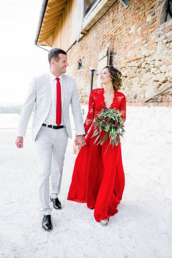 Un vestido de novia en rojo increíblemente fantástico para una boda en la nieve. Nos encanta la corbata del novio haciendo juego.
