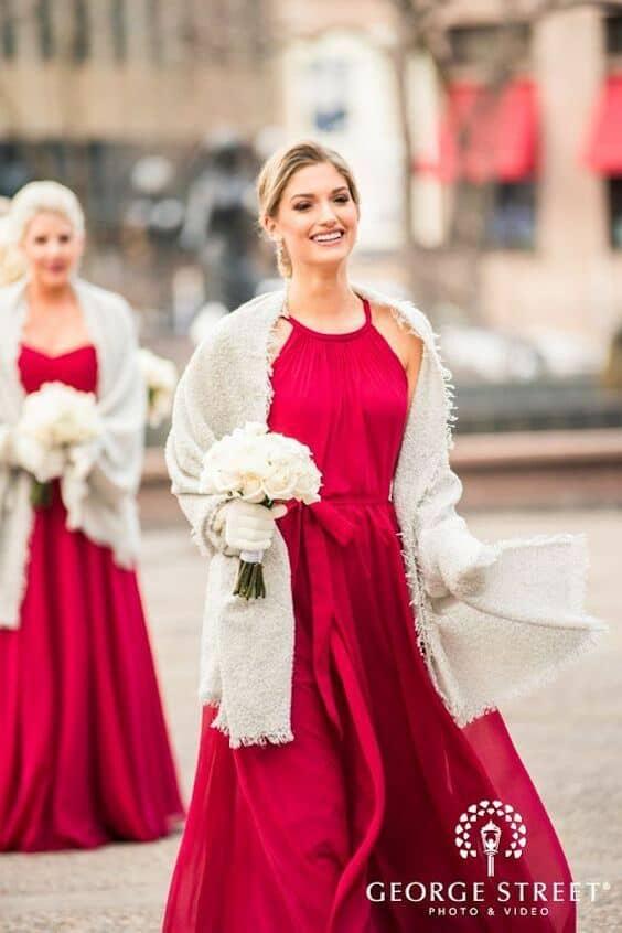 Sofisticados vestidos para las damas de honor de chiffon en rojo vibrante. Foto: George Street.