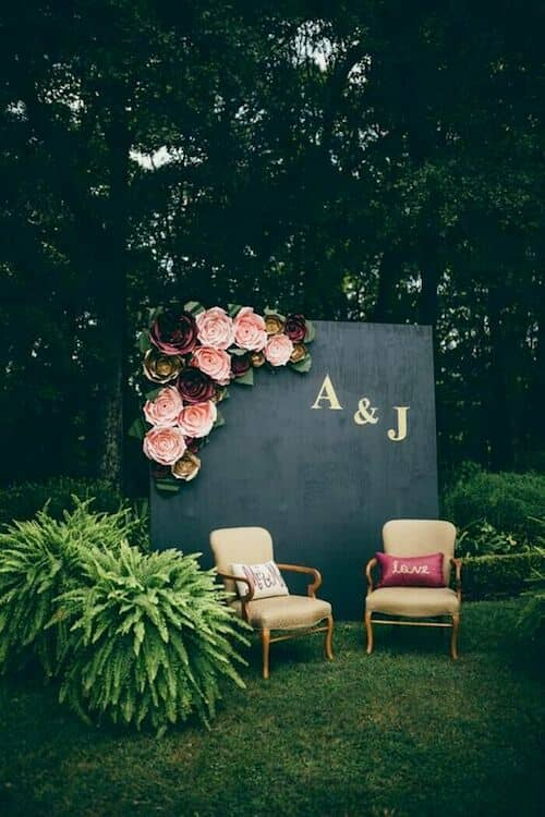 Enchanted forest wedding photo booth ideas. Create a secret garden atmosphere for the most original wedding memories.