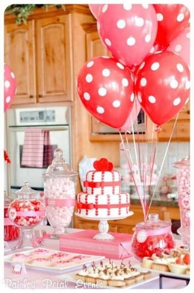 Estos globos a lunares son sencillos de hacer y son padrísimos para regalar o para decorar en el día de los enamorados.