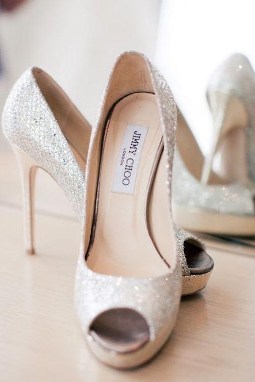 """Tradiciones de Bodas. """"Algo nuevo, algo viejo, algo prestado, algo azul y un chelín en el zapato"""" y que ese zapato sea un Jimmy Choo. Fotografía: Katie Osgood Photography."""