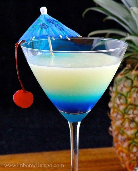¿Te tienta esta Piña Colada-tini? Piña colada, Curacao azul y una cereza.
