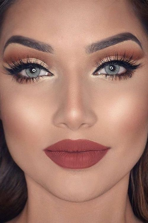 Maquillaje en rosa y dorado muy 2018. Especialmente el dorado que lo puedes aplicar desde las sombras de ojos hasta los labios para darles brillo.
