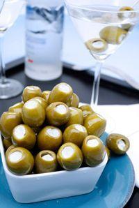 Tus aceitunas rellenas favoritas hacen su aparición en estas sabrosas recetas de martinis.