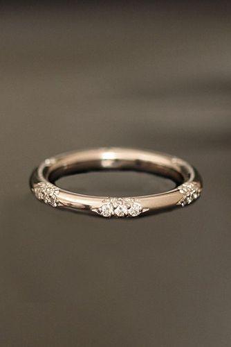 Un anillo de bodas delicado en oro rosa que no querrás sacarte nunca.