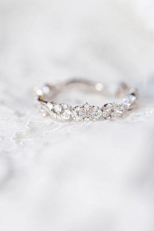Hermoso Anillo de Bodas. De inspiración vintage, es delicado, femenino y atemporal. Nos encanta como brilla sin quitarle luz a tu anillo de compromiso. Anillo de @kirkkara.