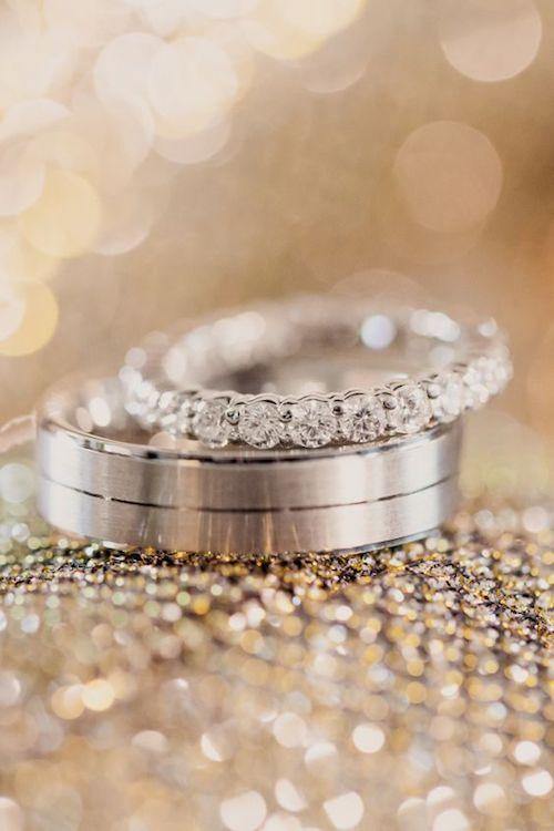 """Di """"Si, Quiero"""" a estos Anillos de Bodas. Superstición: Si el anillo lleva una perla te traerá mala suerte porque su forma se asemeja a una lágrima."""