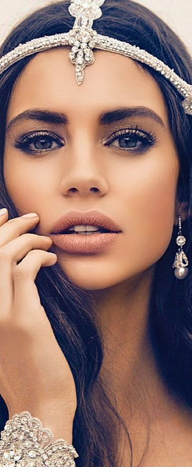 Best hacks for a Kylie Jenner look. Juicy lips.