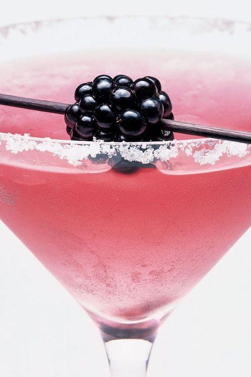 Uno de los usos mas exquisitos de la mora se logra al combinarla con un poco de licor y presentarla en un vaso de martini bordeado con azúcar lo que podría llamarse Blacktini..