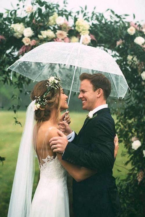 Boda con Lluvia. Trae Suerte Y excelente fotografías. Esta recepción redefine las expectativas alrededor de una boda con lluvia. Fotografía: The Image Is Found.