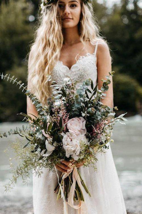 Si sueñas con una boda en el bosque como de cuentos de hadas, estamos aquí para ayudarte a lograr el look perfecto. Un ramo de novia con flores silvestres. Foto: Joel Allegretto.