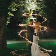 Las bengalas para bodas duran mas que las otras. Pídele a tu fotógrafo que les saque una foto como esta. Una boda llena de magia.