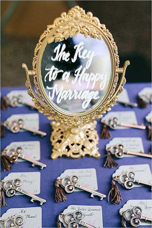 Una boda temática Blancanieves puede incorporar un espejo de una manera distinta e inusitada. Foto: RomaBea Images.
