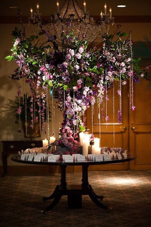 Si no te animas a celebrar tu boda en un bosque, imita al bosque en tu salón de bodas.Diseño: Evantine Design.