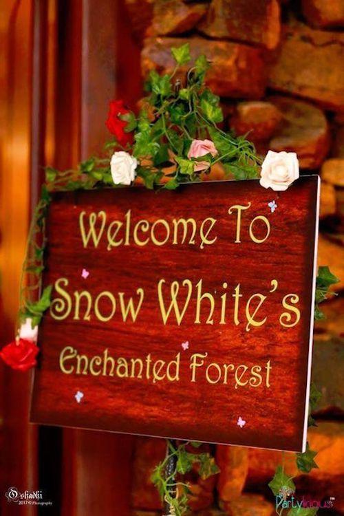 Cartel de bienvenida al bosque de Blancanieves.