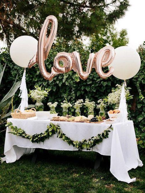 La cena de ensayo puede organizarse en el jardín de tu casa. Un par de globos, mantel blanco y ya estás lista para celebrar.