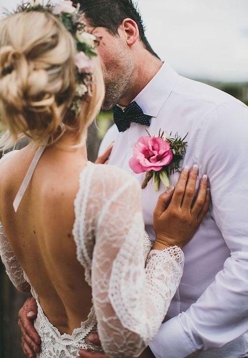 Ceremonia al aire libre y ya puede besar a la novia.
