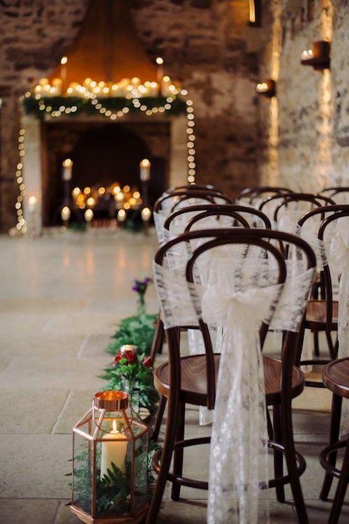 Briseras con velas y helechos, luces y sillas con tul ambientan esta ceremonia religiosa estilo Snow White.