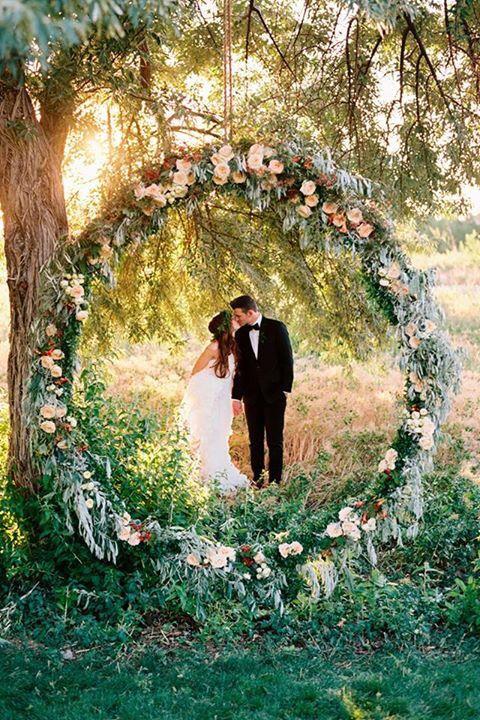 Las coronas de flores marcan tendencia en el 2018 y esta es perfecta para una boda en bosque encantado.