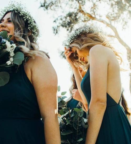 Damas de honor con ramos y coronas con flores silvestres.